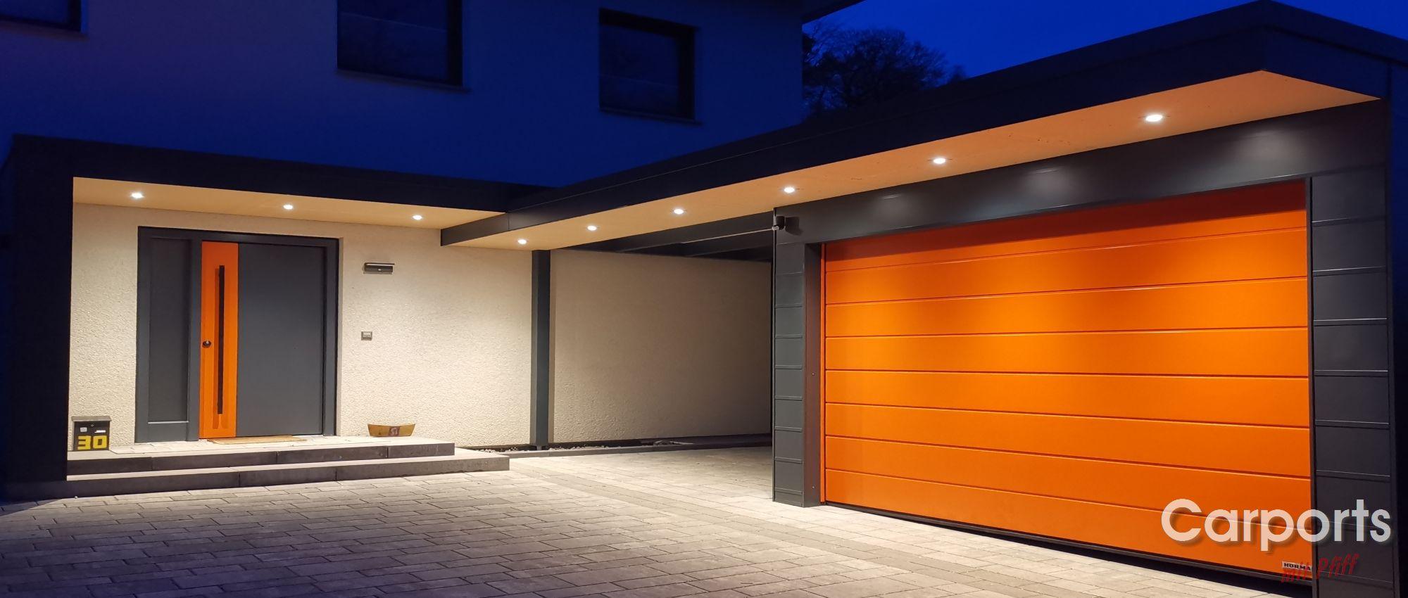 Carport HPL mit einer Haustürüberdachung und Hörmann Sektionaltor