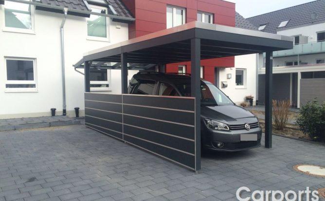 Carport HPL Trespa mit einer halbhohen Seitenwand