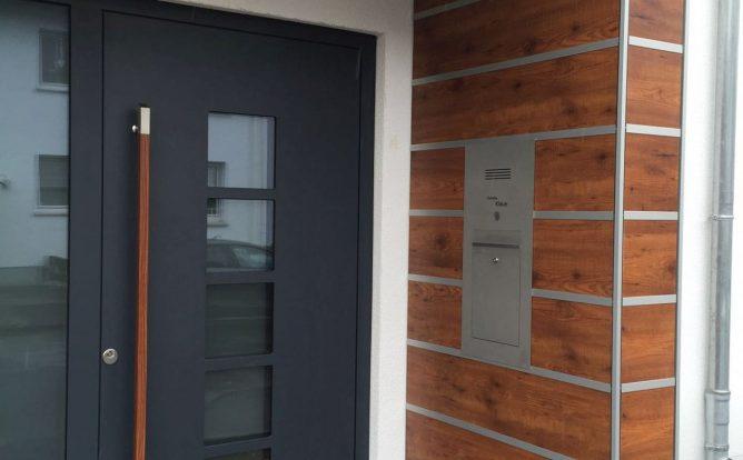 Carport HPL Trespa Fundermax mit Abstellraum und Haustürüberdachung